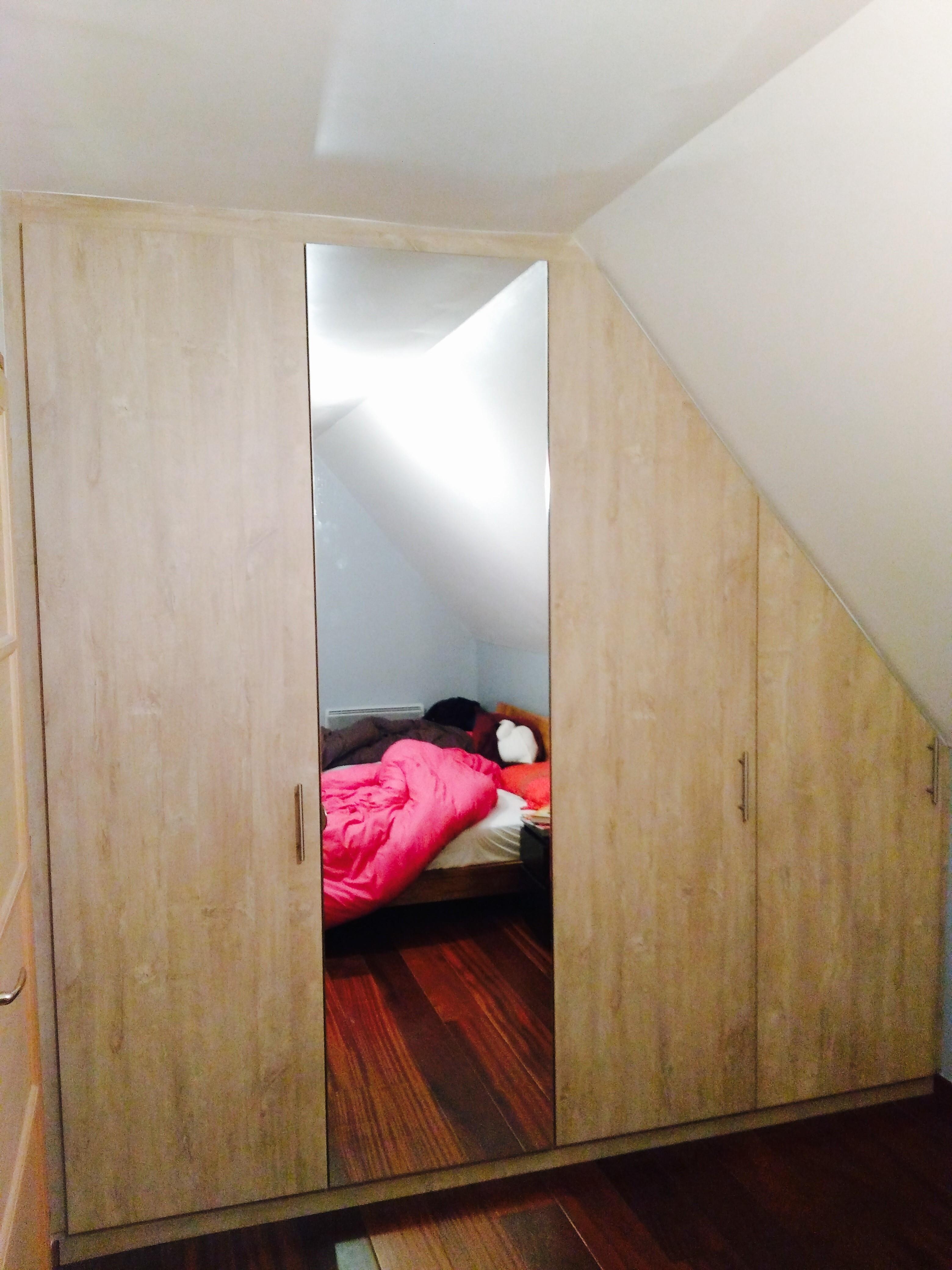 dressing sous pente avec porte miroir le kiosque amenagement. Black Bedroom Furniture Sets. Home Design Ideas