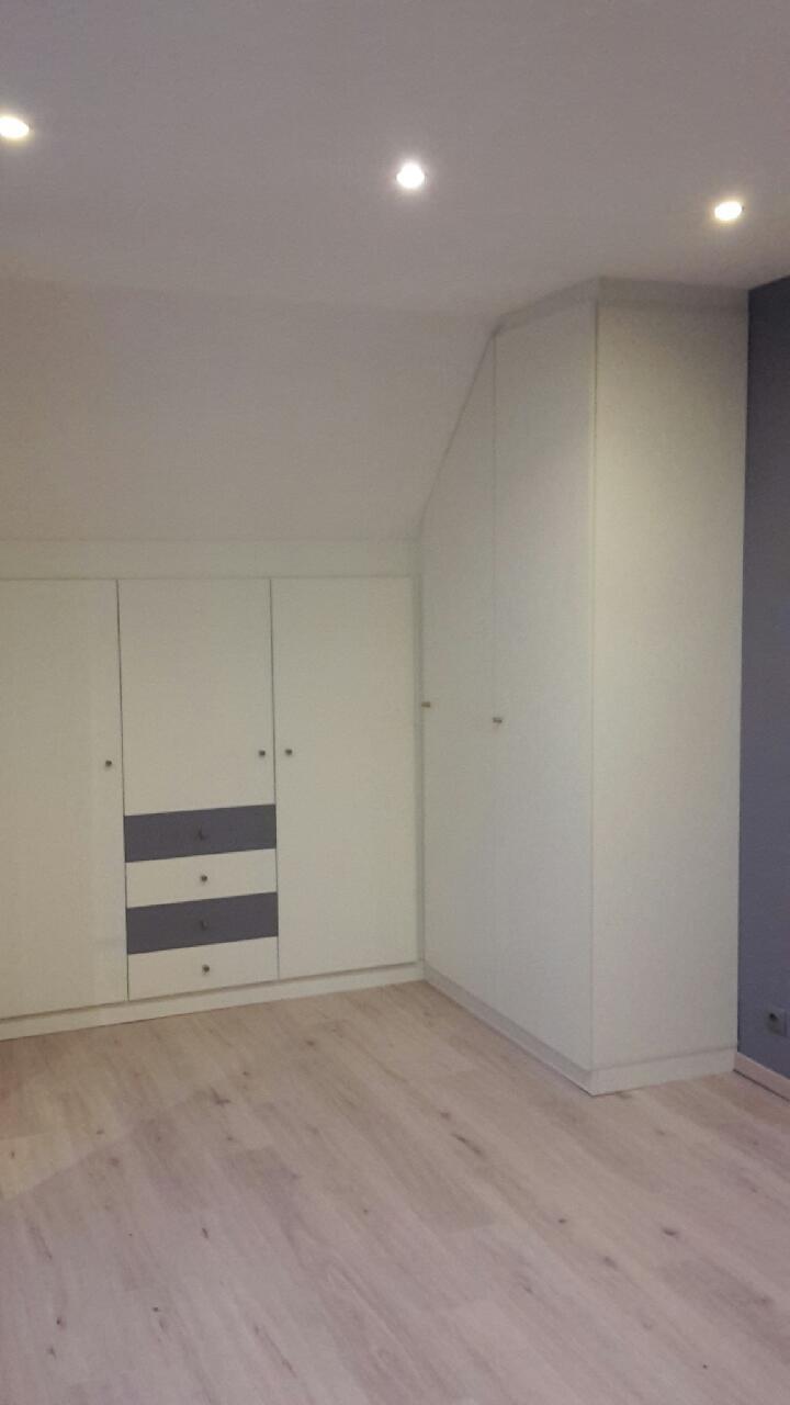 dressing en u qui optimise l 39 espace en g rant les angles et la sous pente. Black Bedroom Furniture Sets. Home Design Ideas