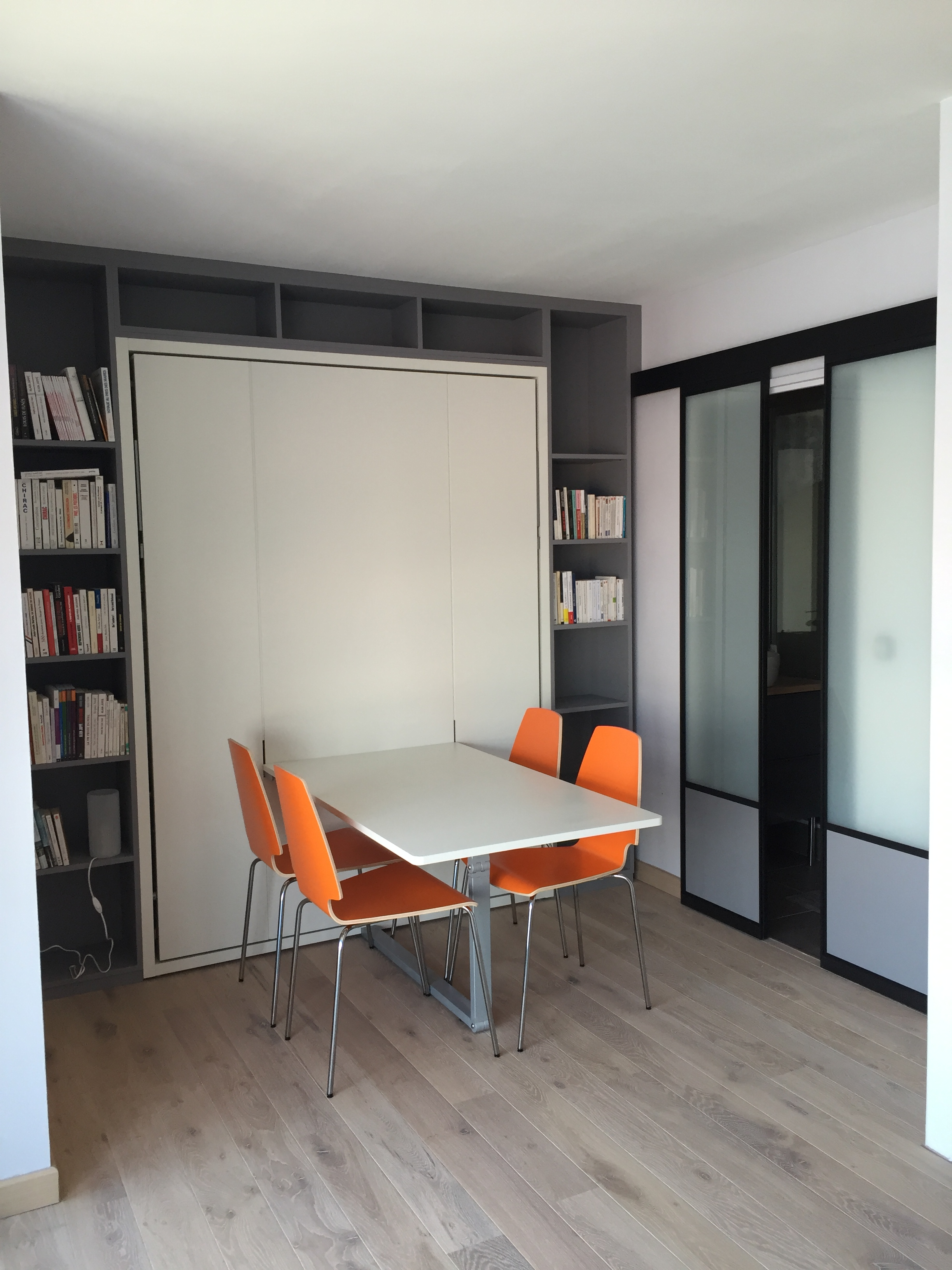 Agencement avec lit escamotable et table avec verriere for Meuble avec table escamotable
