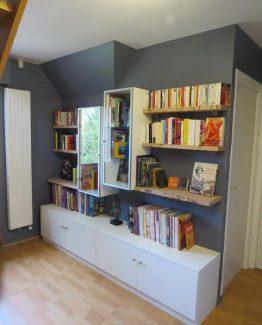 bibliotheque sur mesure a villeneuve dascq avec vitrine et tablettes en bois massif