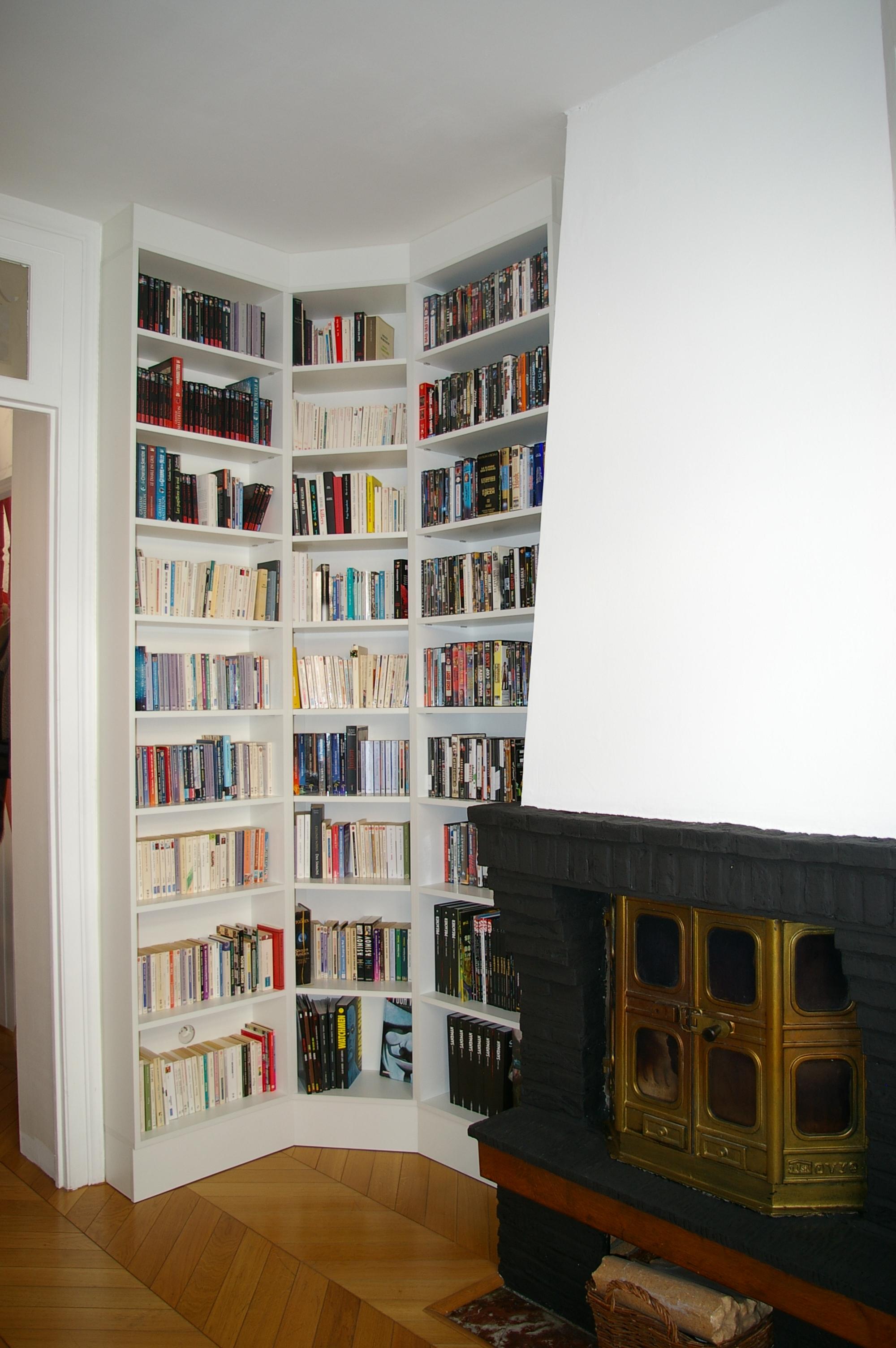 biblioth que d 39 angle pr s d 39 une chemin e en m lamin blanc. Black Bedroom Furniture Sets. Home Design Ideas