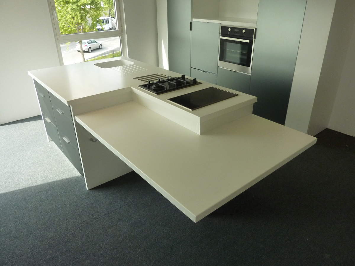 cuisine en corian avec casseroliers ralentisseurs. Black Bedroom Furniture Sets. Home Design Ideas