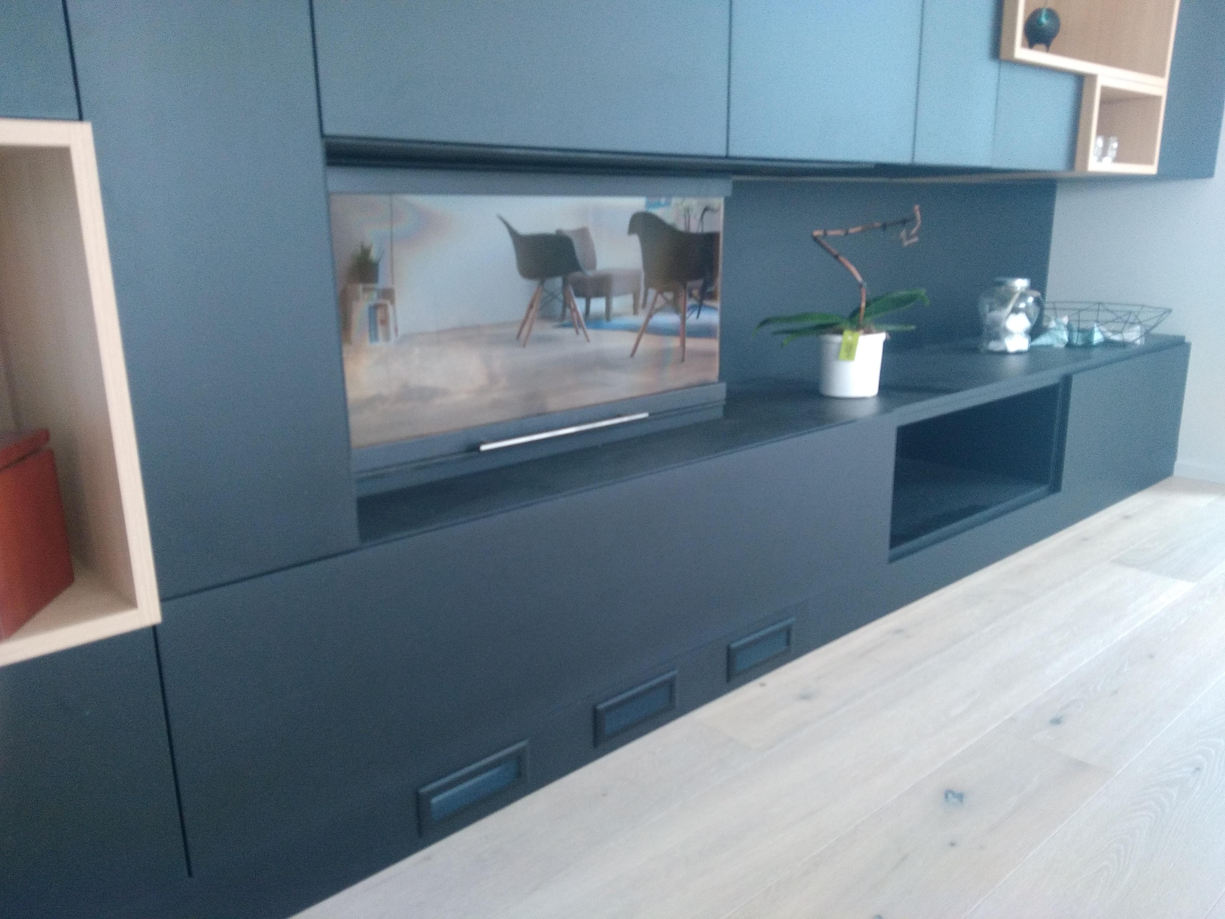 meuble sur mesure autour d 39 un insert r alis en valchromat noir. Black Bedroom Furniture Sets. Home Design Ideas