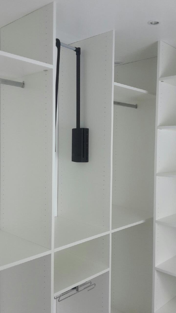 dressing sur mesure ouvert et en sous pente r alis louvil. Black Bedroom Furniture Sets. Home Design Ideas