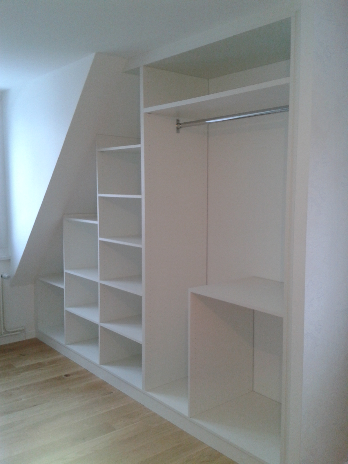 Dressing sous mansarde le kiosque amenagement for Armoire speciale sous pente