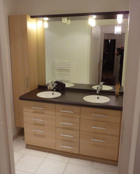 meuble de salle de bains avec double vasques encastrées, colonne de rangement miroir et éclairage intégré