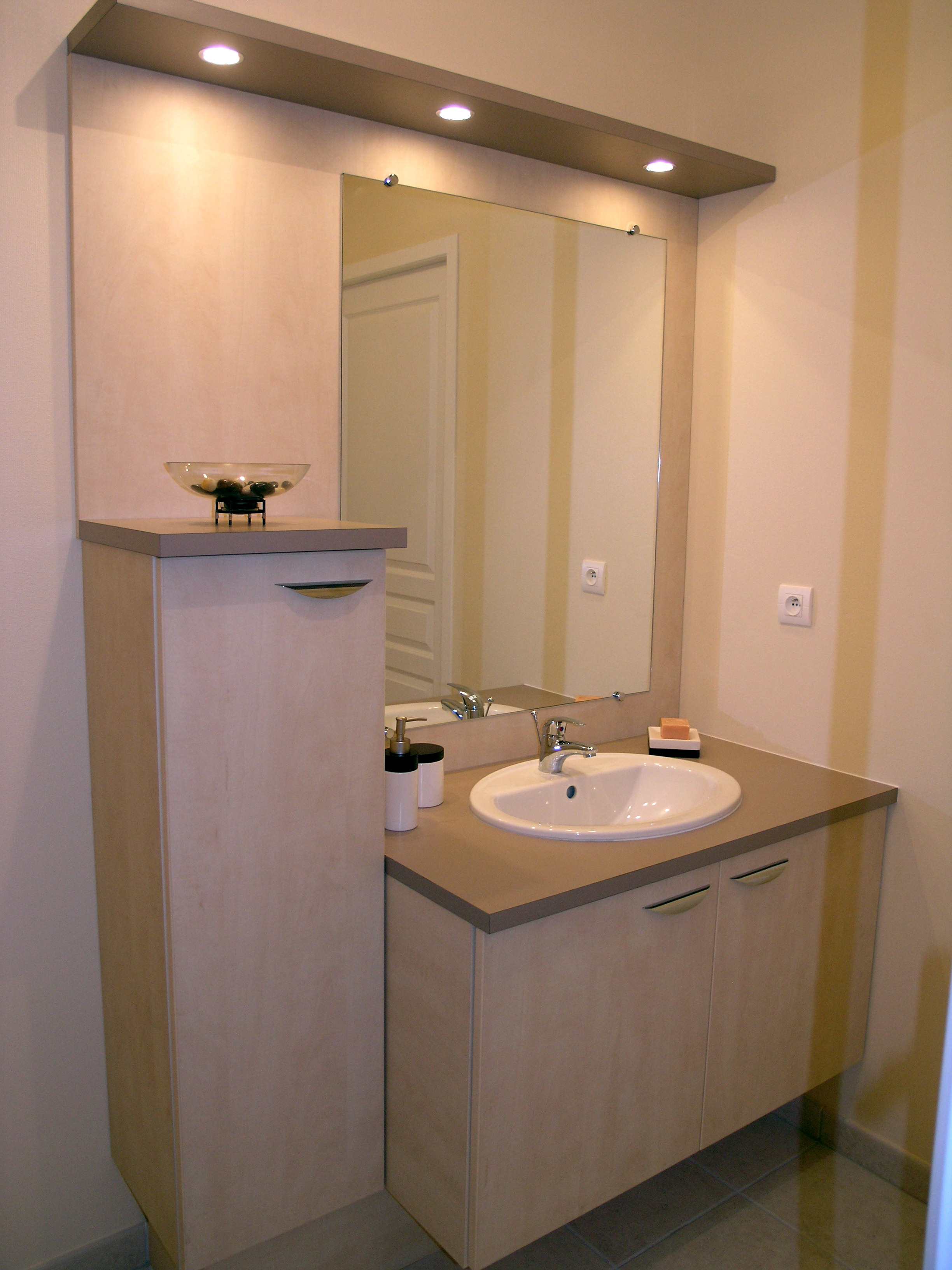 Meuble de salle de bains sur mesure avec miroir et bandeau for Porte meuble salle de bain sur mesure