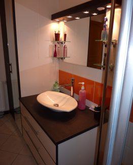meuble de salle de bains sur mesure avec miroir et bandeau lumineux. Black Bedroom Furniture Sets. Home Design Ideas