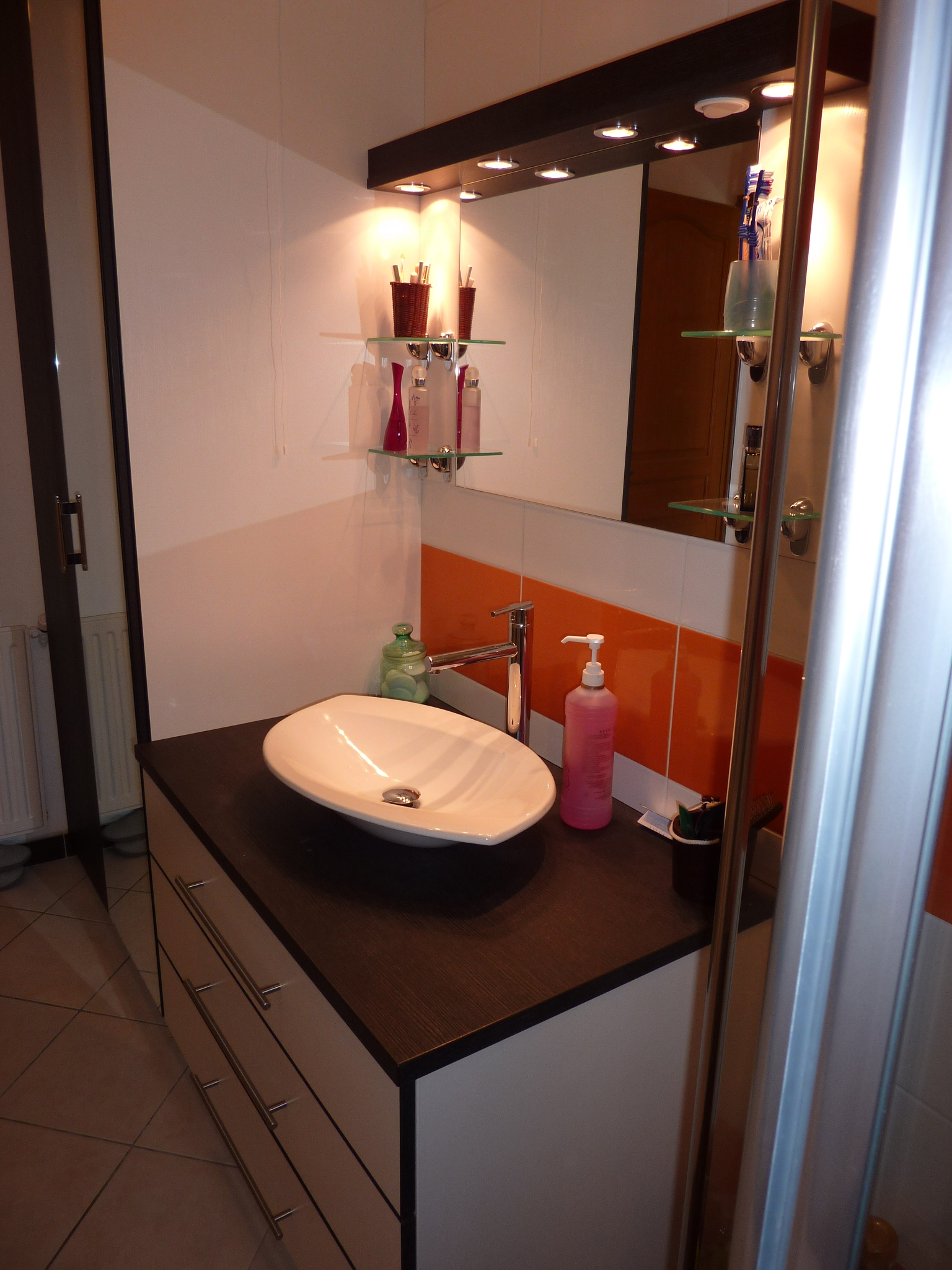 Meuble de salle de bains avec grands tiroirs ralentisseurs - Miroir salle de bain sur mesure ...