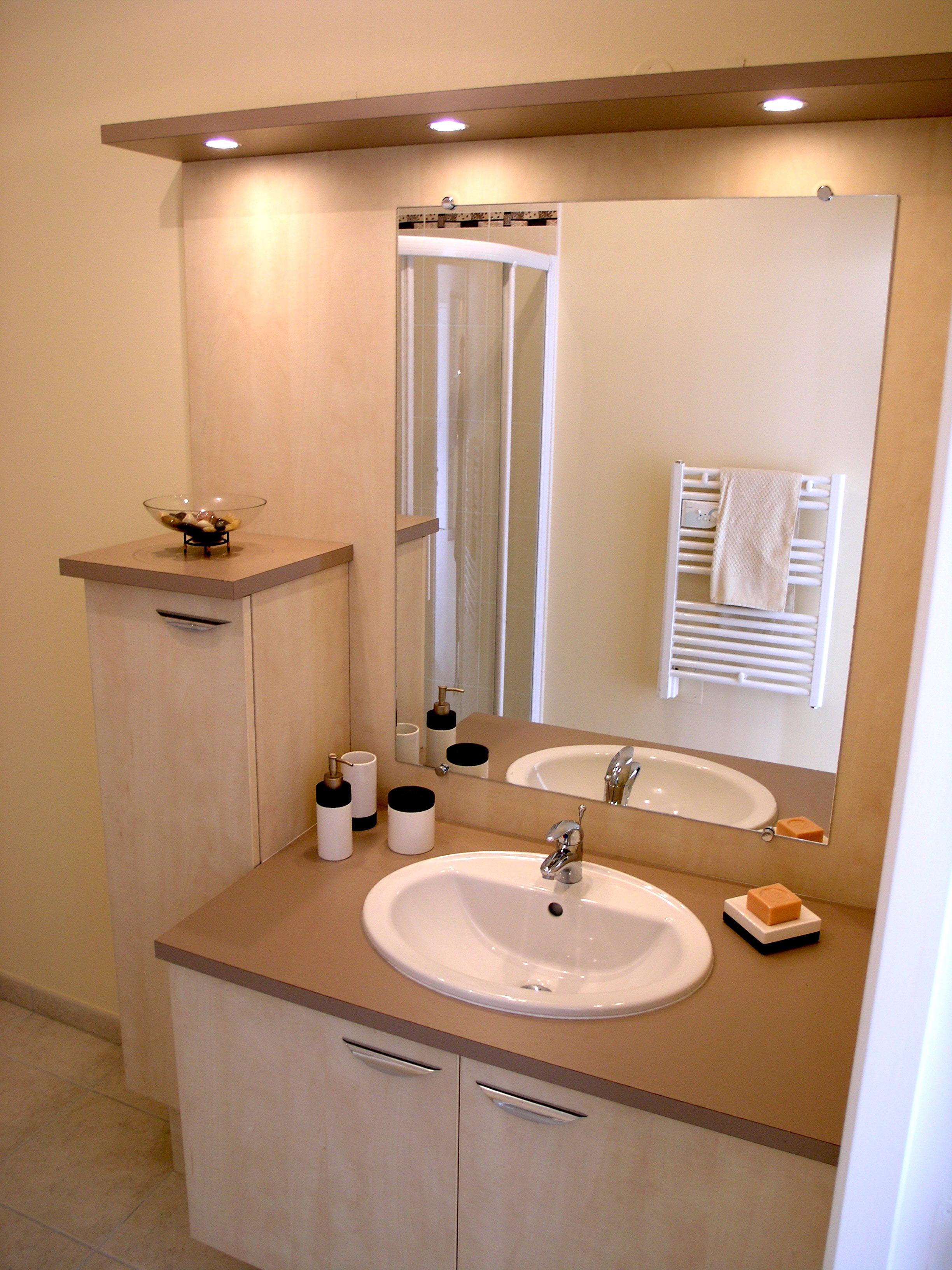 Meuble de salle de bains sur mesure avec miroir et bandeau - Glace de salle de bain avec eclairage ...
