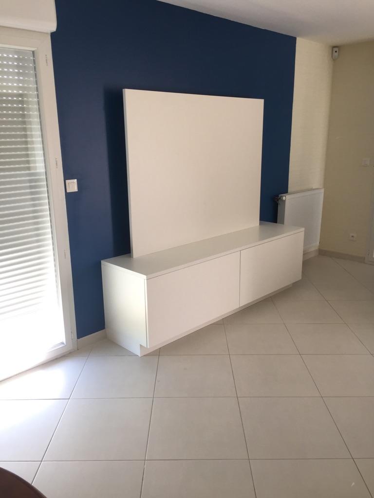 meuble tv avec bande led autocollante autour d 39 un panneau de finition. Black Bedroom Furniture Sets. Home Design Ideas