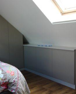 dressing sous mansarde le kiosque amenagement. Black Bedroom Furniture Sets. Home Design Ideas