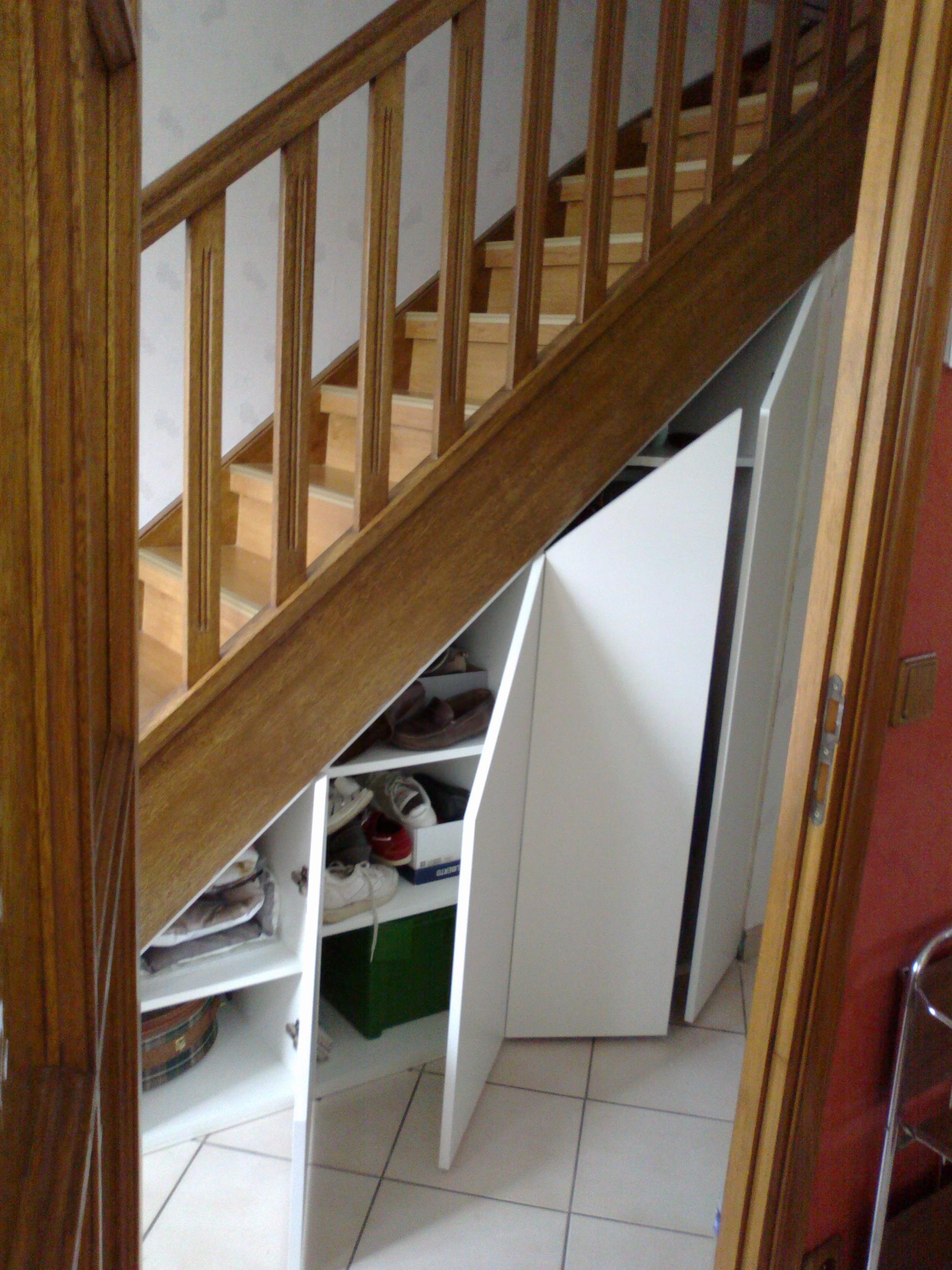 gagner de l 39 espace de rangement par un agencement sous escalier. Black Bedroom Furniture Sets. Home Design Ideas