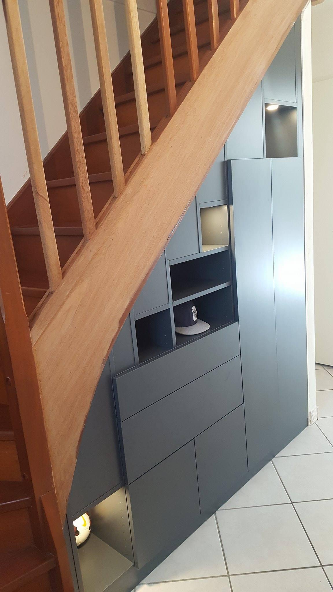 sous escalier avec des niches ouvertes et des éclairages intégrés
