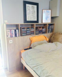 Tête de lit personnalisée sur-mesure avec rangements de livres