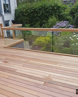 terrasse ipé suspendue avec garde corps verre