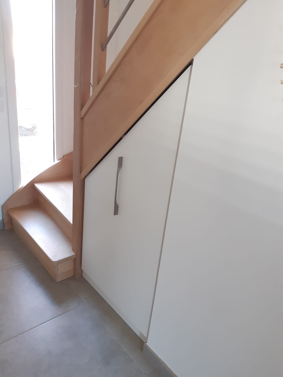 Aménagement sous escalier avec caisson coulissant - Kiosque Aménagement