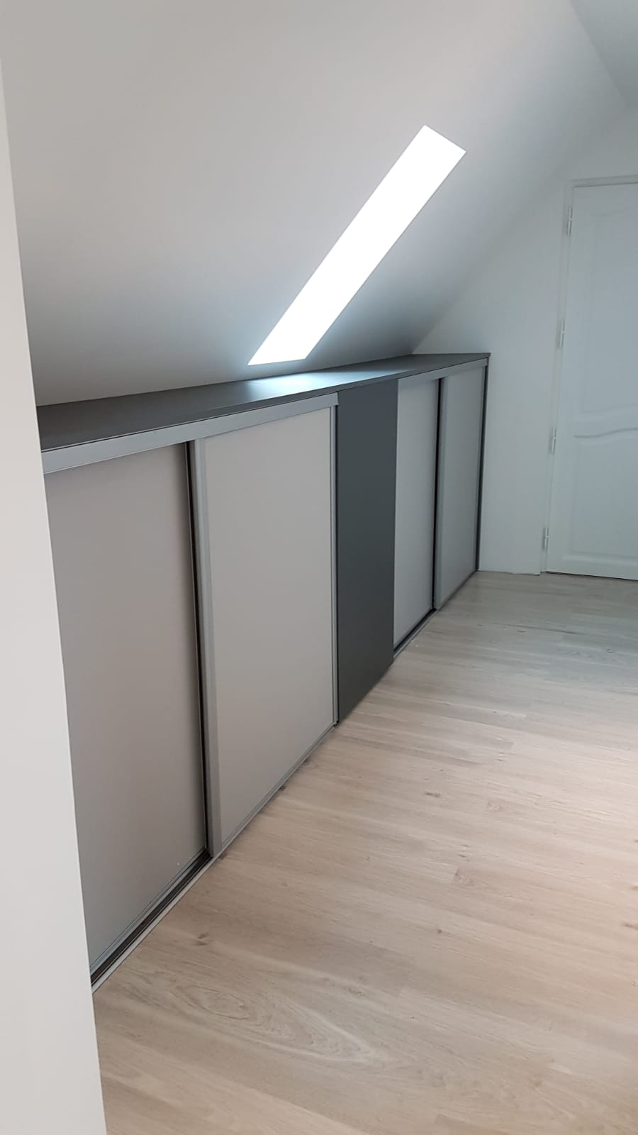 Amenagement Placard Sous Pente meuble bas avec porte coulissante sous la pente - kiosque