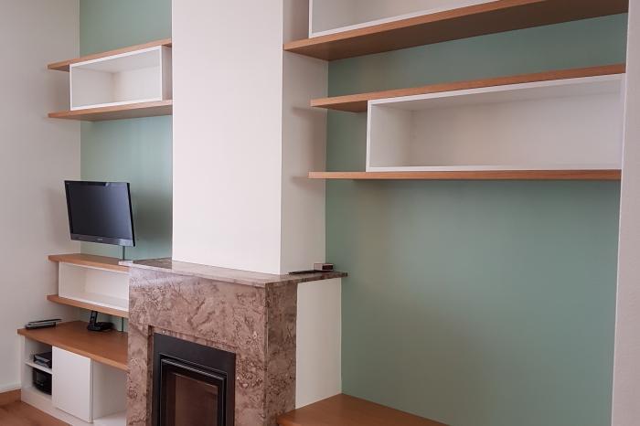 Composition de meuble sur mesure autour d'une cheminée