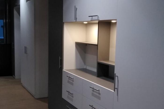 Ensemble de meuble sur mesure installé dans une agence immobilière