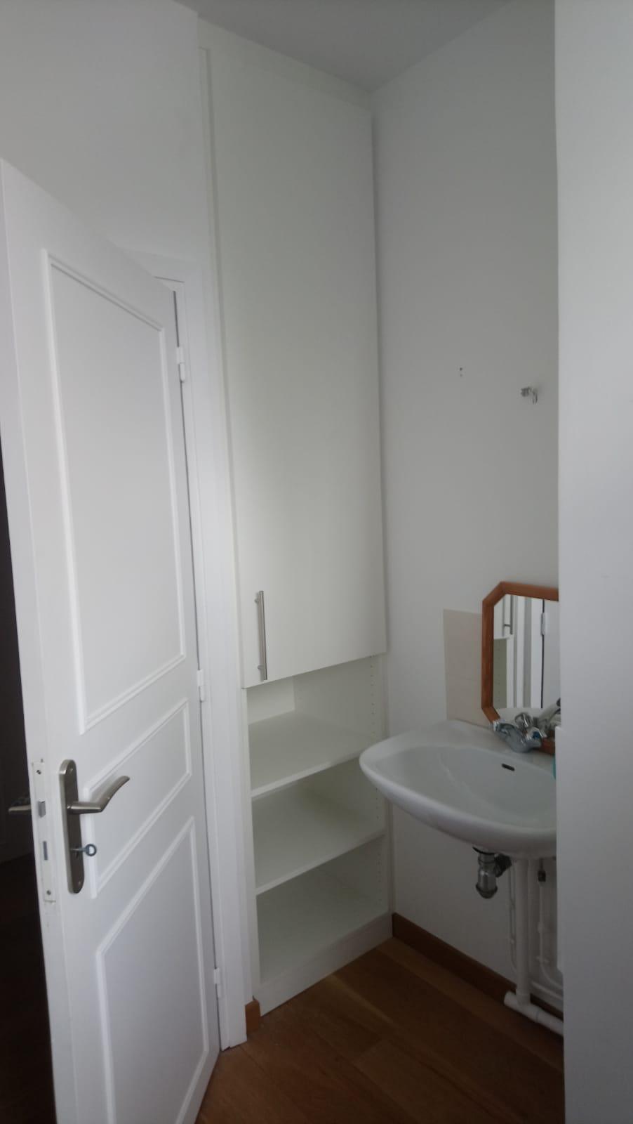 Agencement d'un petit placard dans une salle de bain