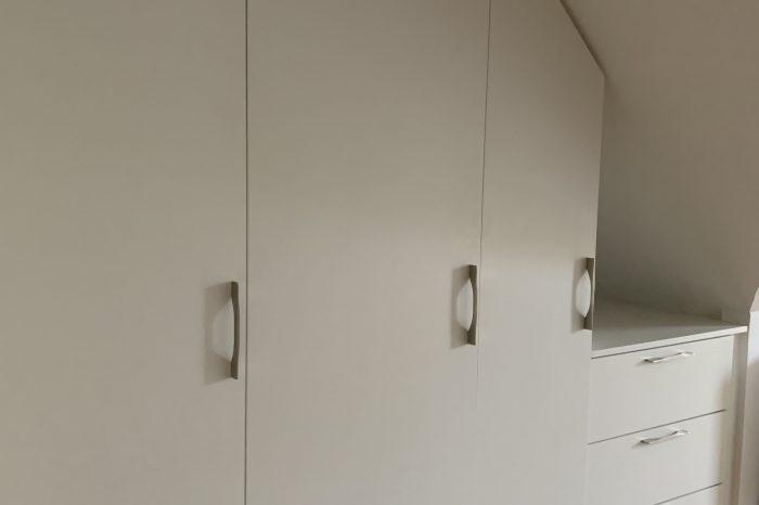 Placard sous mansarde avec niche décorative