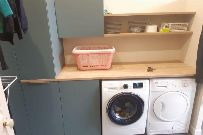 Aménagement d'un espace buanderie dans une salle de bain