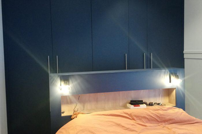 Aménagement d'une chambre avec un dressing et une tête de lit