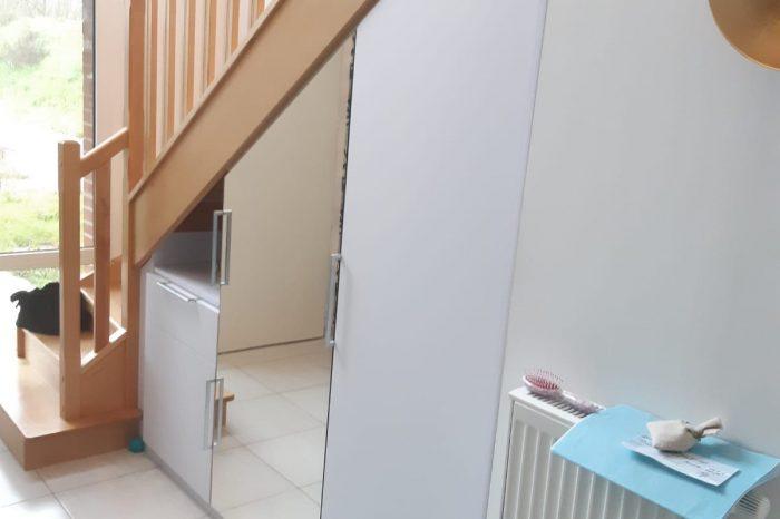 Aménagement sous escalier avec range chaussure coulissant