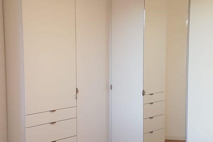 un dressing en angle dans une chambre