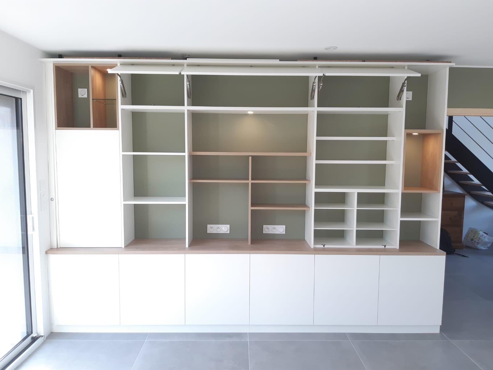 Bibliothèque sur mesure avec bureau d'appoint