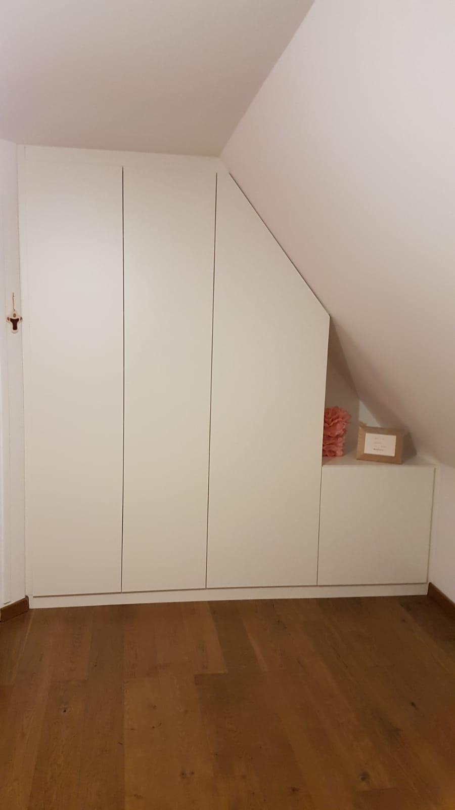un placard sous pente dans une chambre d'enfant