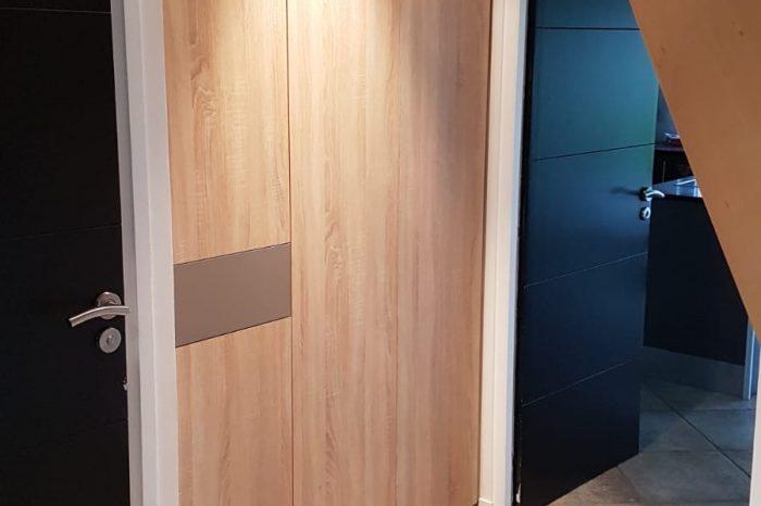 Aménagement d'un placard dans une entrée avec une niche décorative