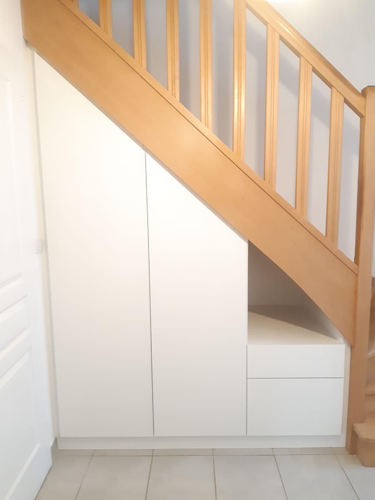 Aménagement sous escalier avec des rangements coulissants - Kiosque Aménagement
