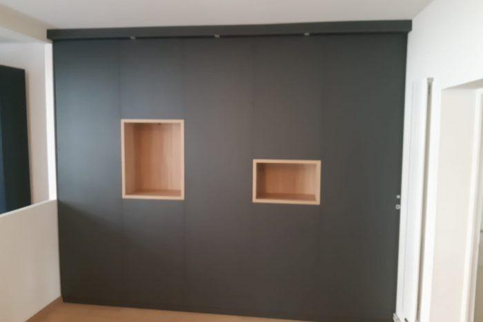 Bibliothèque sur mesure avec des niches décoratives