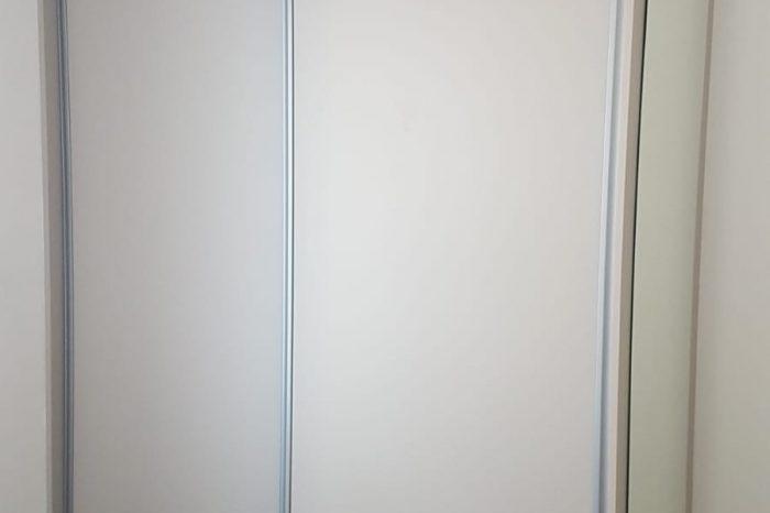 Placard avec des portes coulissantes dans une chambre destinée à la location