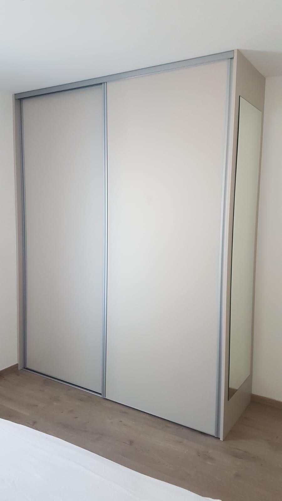 Placard Avec Des Portes Coulissantes Dans Une Chambre