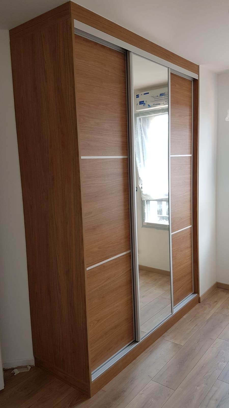 Dressing fermé par des portes coulissantes