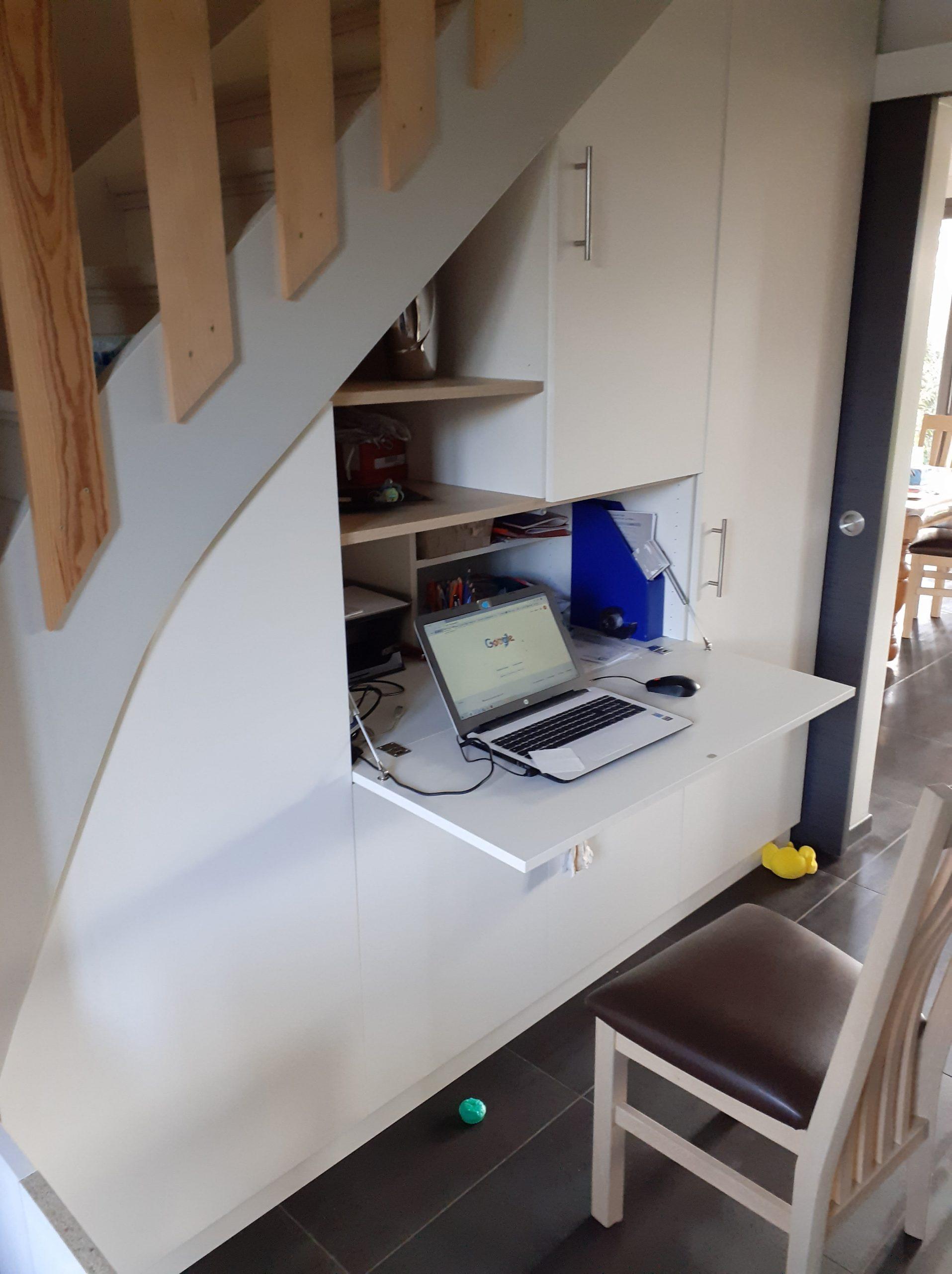 Aménagement sous escalier avec une partie bureau