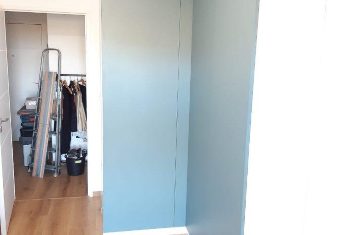 Placard d'angle sur mesure pris en photo de côté. Les portes sont fermées.