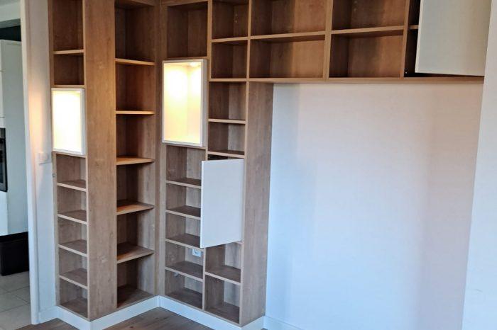 Sur cette photo, on voit la bibliothèque sur mesure d'un autre angle. On voit donc les différents espaces de rangements.
