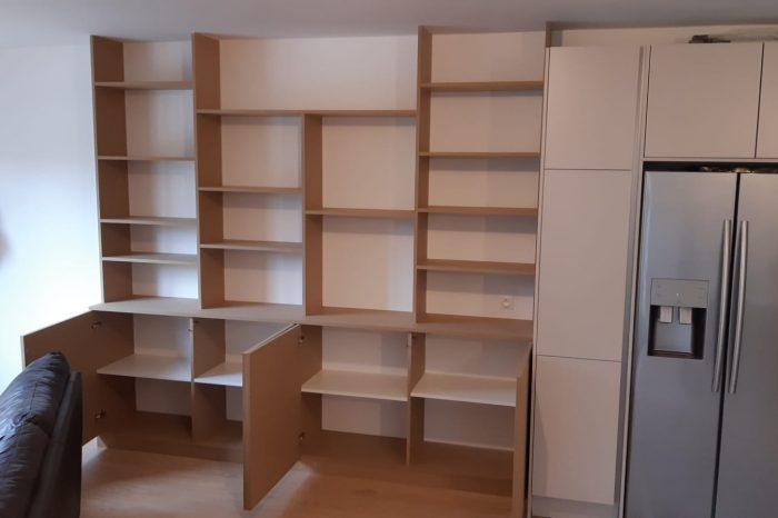 Sur cette photo, on voit la bibliothèque ainsi que les zones de rangement ouvertes et fermées.