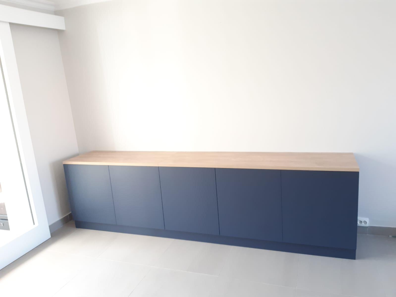 Sur cette photo, on voit le meuble Tv dans la pièce.
