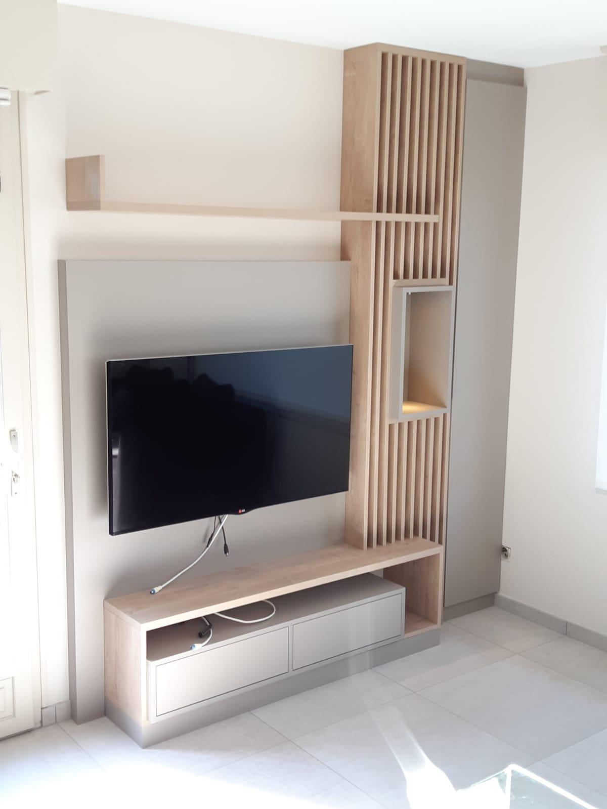 Sur cette photo, on voit le meuble tv sur mesure avec les parties destinées au rangement.