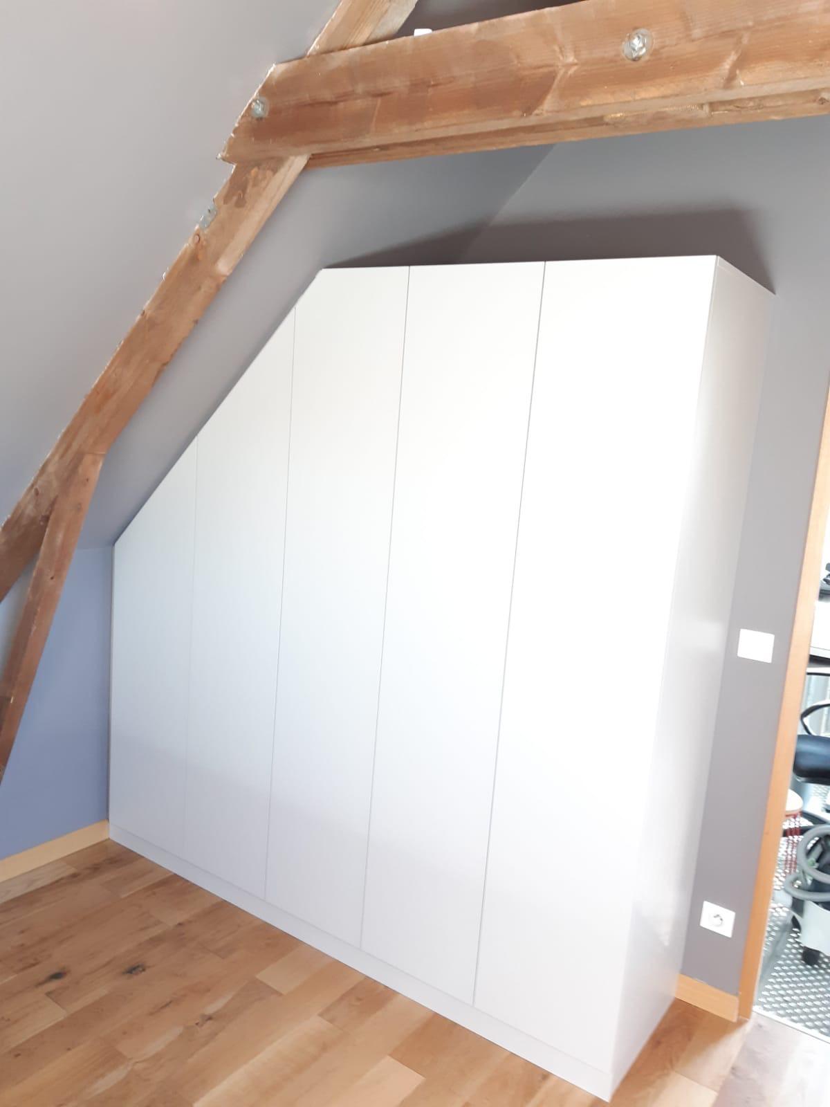Sur cette photo, nous voyons le placard en sous pente avec les portes fermée.