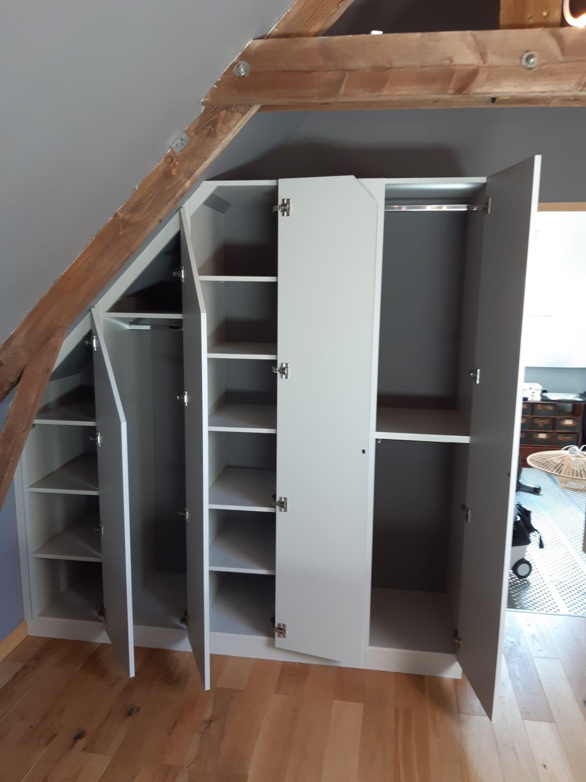 Sur cette photo, nous voyons le placard en sous pente avec les portes ouvertes.