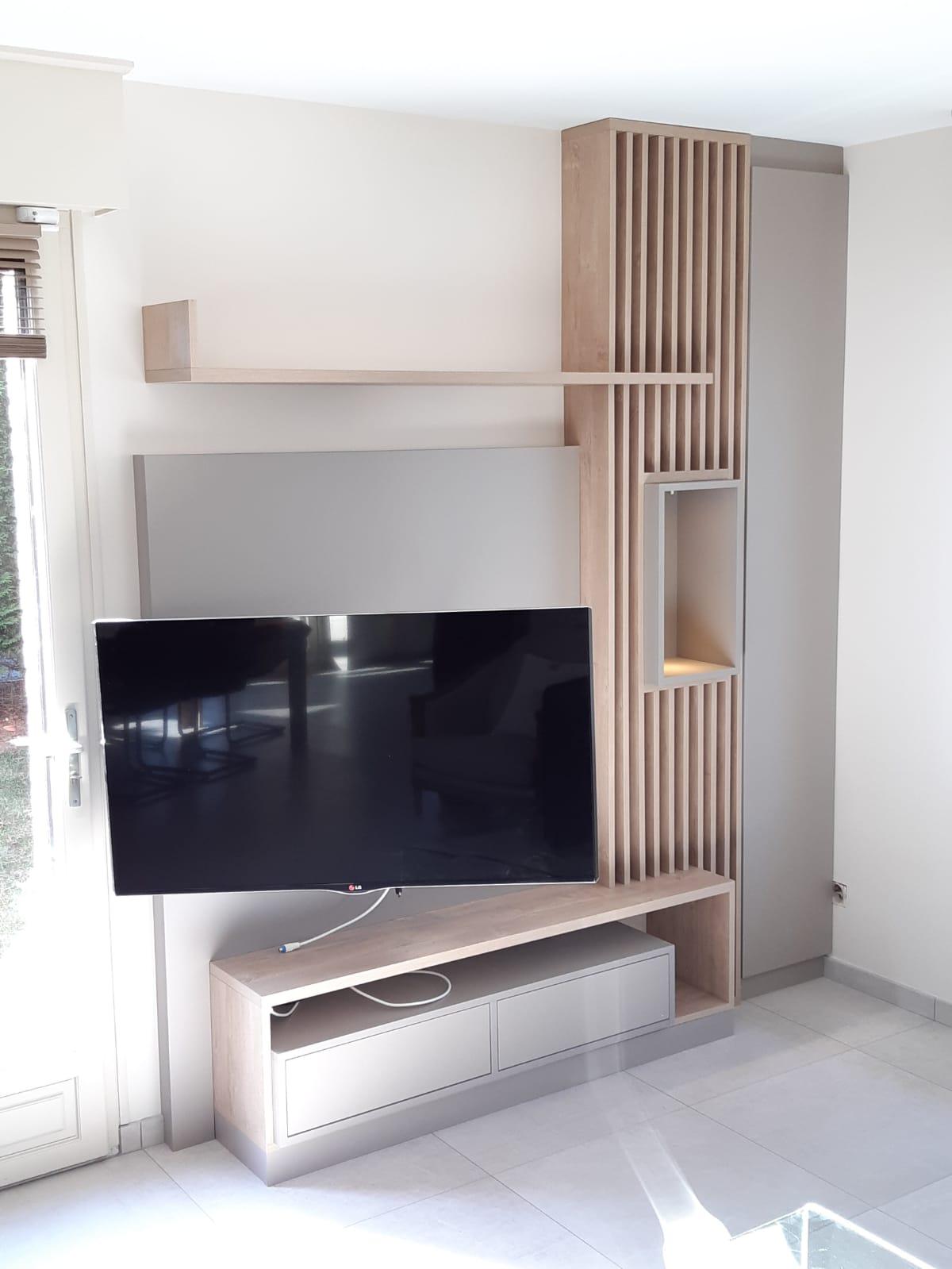 Enfin, sur cette troisième photo, on peut voir que la télé est modulable.