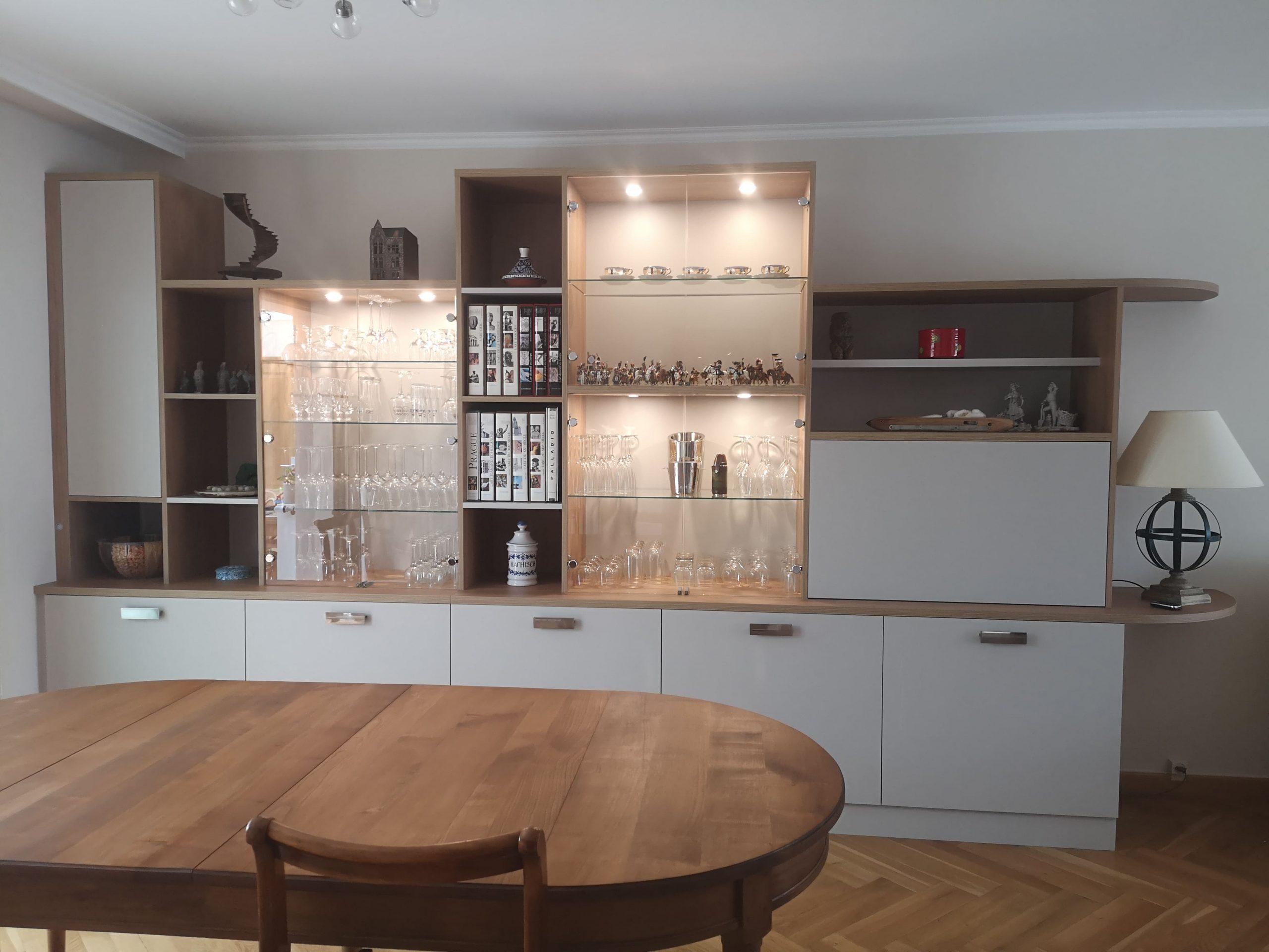 Sur cette troisième photo, on voit le meuble sur mesure avec ses lumières allumées. Il s'agit de deux agencements sur mesure dans un salon.