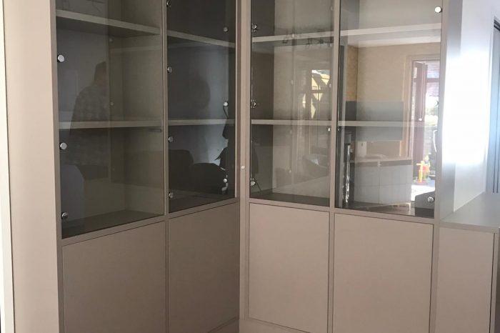 Voici une bibliothèque avec des vitres afin de mettre en valeur la décoration de nos clients.