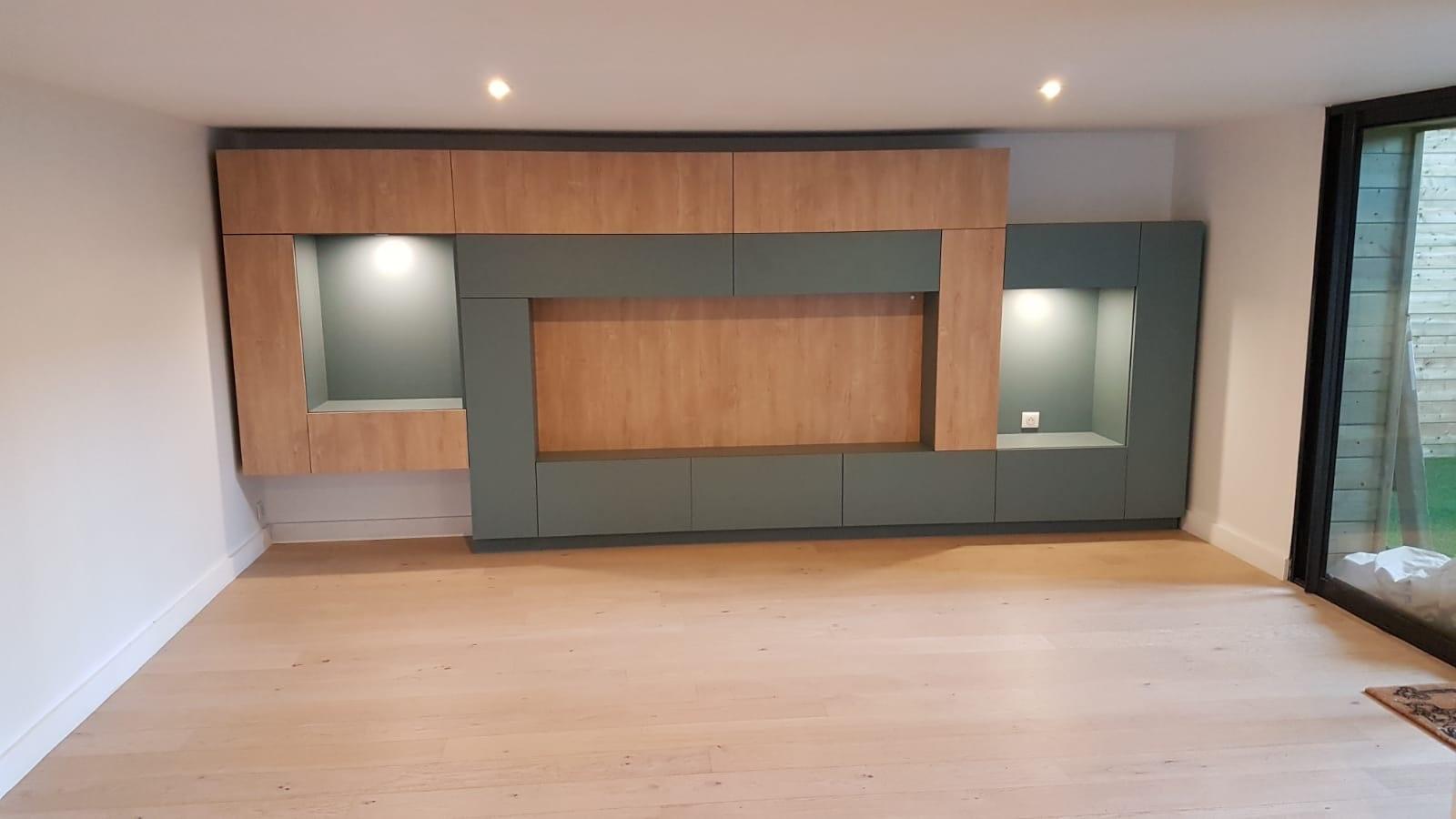 Sur cette photo, on voit le meuble Tv qui prend toute la largeur du mur. Son design est a couper le souffle.